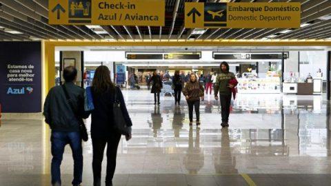Seguros viagens têm pegadinhas que não cobrem atrasos, extravios e outros imprevistos.