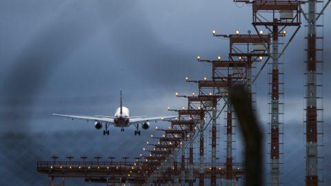 Abastecimento de aviões em Brasília é afetado por greve de caminhoneiros.