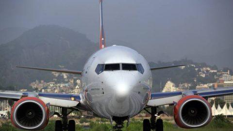 Restrição de combustível nos aeroportos já provoca cancelamento de voos.