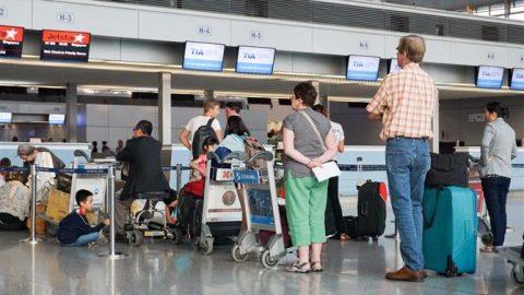 Um entre sete viajantes perde voos por causa de filas em aeroportos.