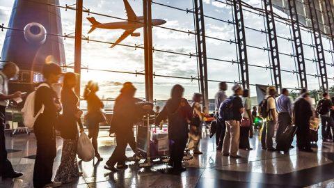 Transporte global de passageiros cresce 6,4% em agosto, informa IATA.